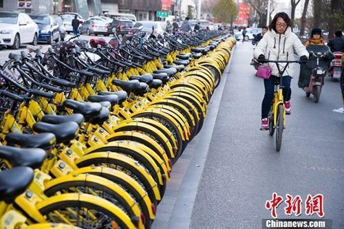 山西太原,民众正在使用共享单车。中新社记者 张云 摄